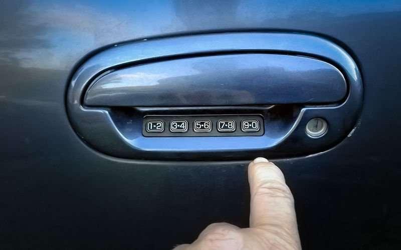 W2RsG6f JkiO54E5b2ocOws800 - Что делать, если ребенок заперся в машине?