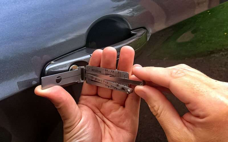 nXz8JX4fScXPFr 5O81uVws800 - Что делать, если ребенок заперся в машине?