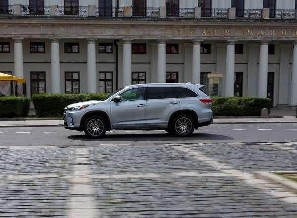1507232699 toyota highlander iv vid sboku - Обзор новинки Toyota Highlander IV 2017: характеристики, цена