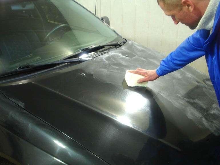Как обработать автомобиль воском?