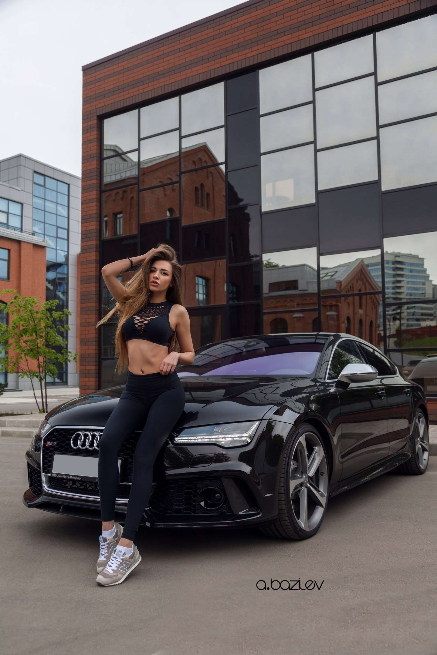 V9obGDNdtYM - Сексуальные девушки и автомобили (часть 10)