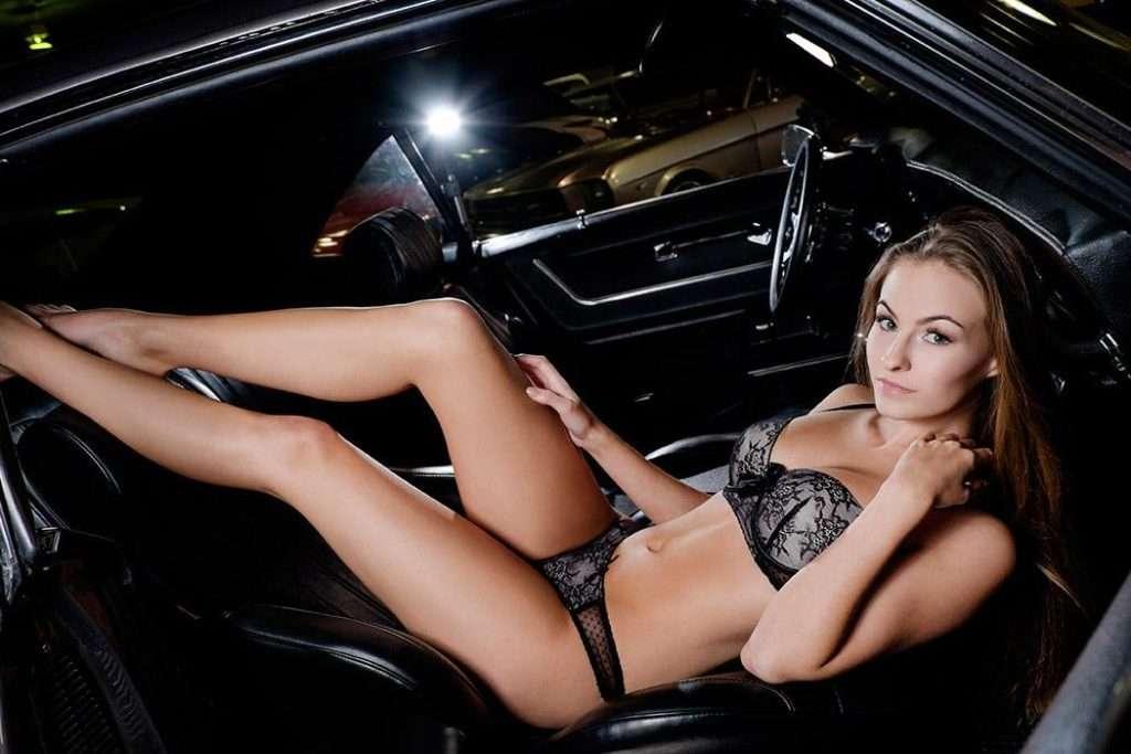 Эротические девушки и авто, очень жесткое порево с двойным проникновением одновременно