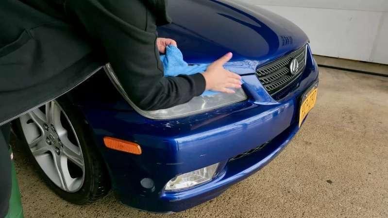 Очищаем фары на машине до блеска