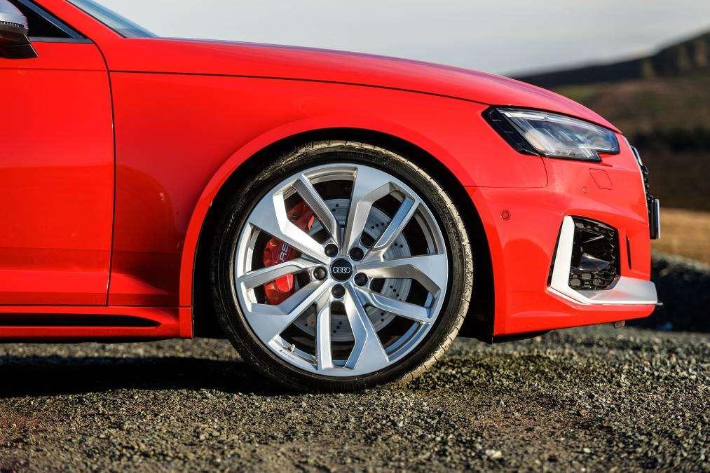 Видео-обзор Audi RS 4 Avant