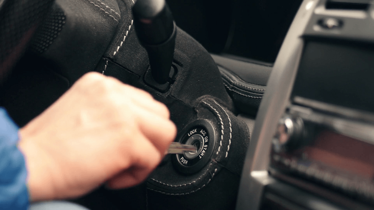Как вытащить ключ из замка зажигания если он застрял?