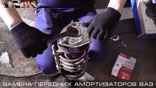 Замена амортизаторов передней стойки автомобиля своими руками?