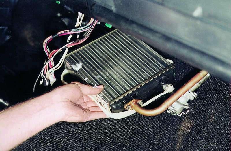 Определяем неисправность радиатора отопителя машины и делаем замену