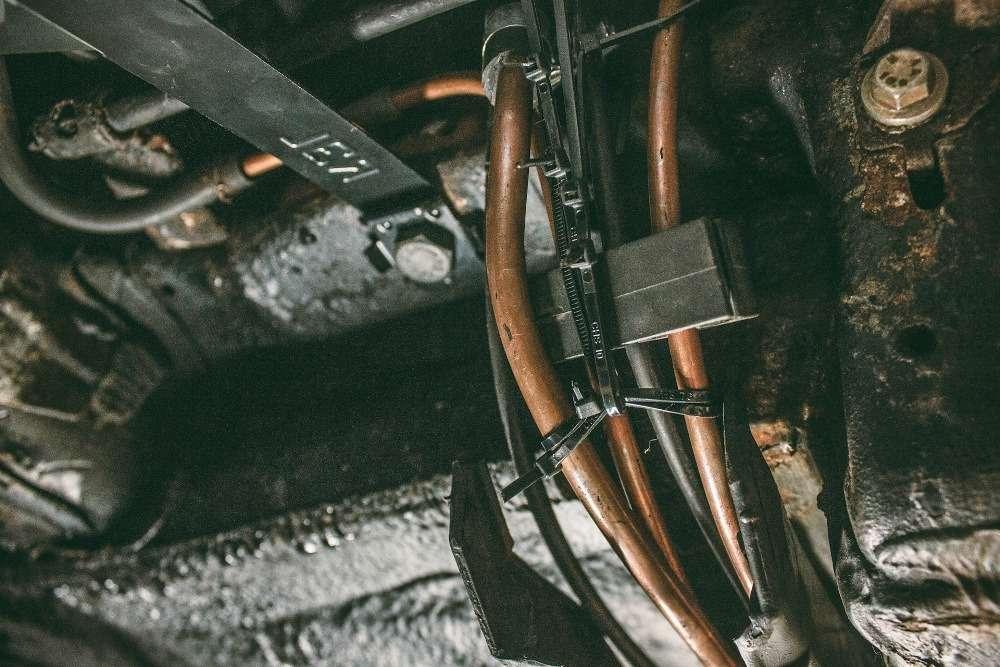 Как убрать запах бензина в салоне автомобиля?