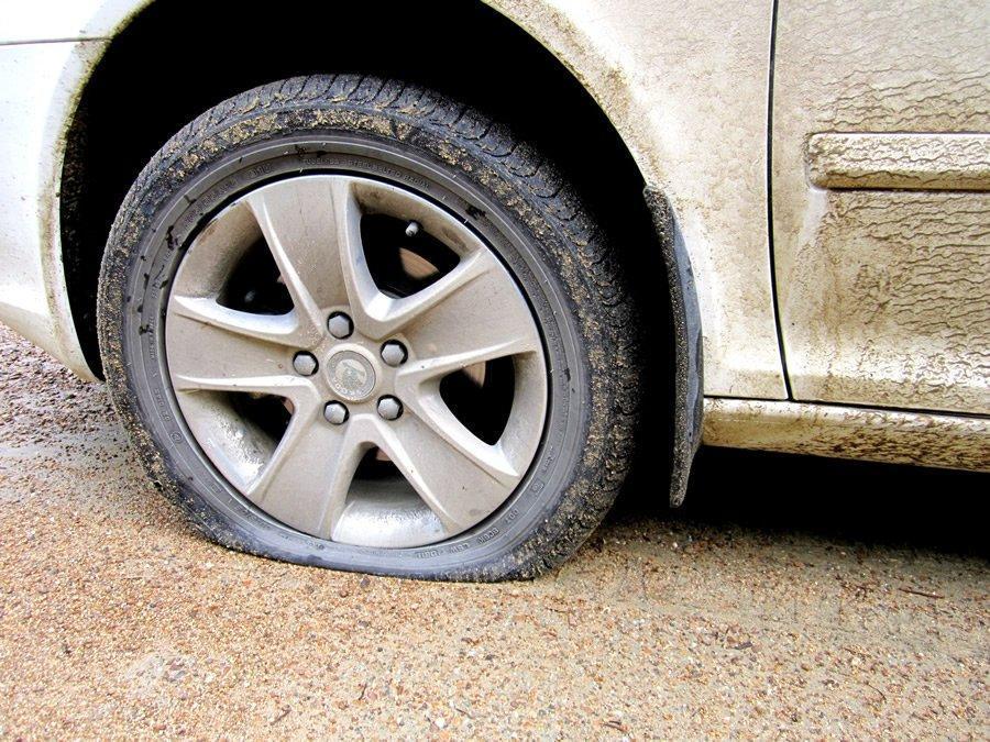 Пробил колесо в дороге: что делать?