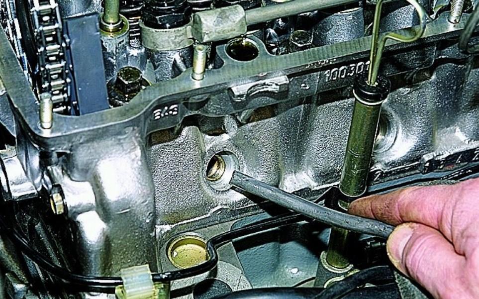 Как заменить маслосъемные колпачки не снимая головки?
