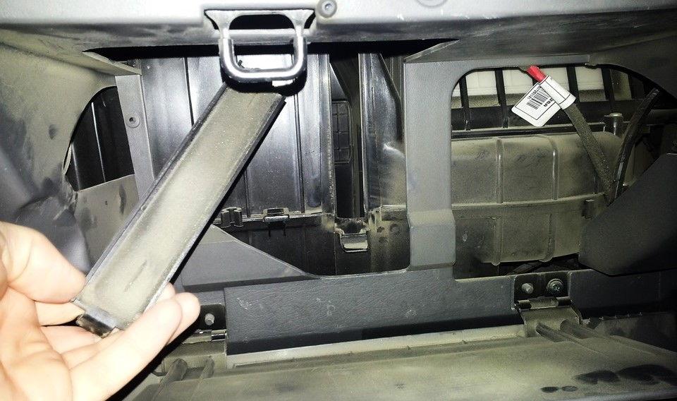 Как самостоятельно поменять салонный фильтр в автомобиле Kia Spectra