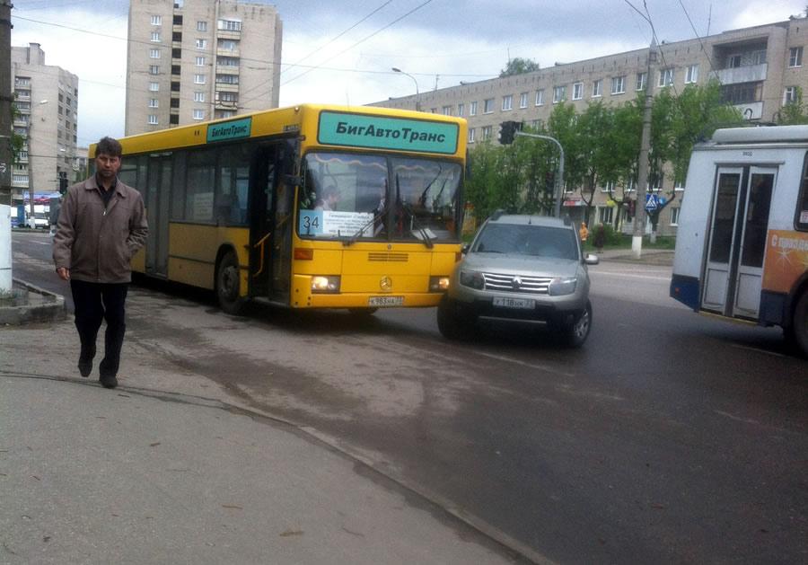 Обязан ли водитель уступать дорогу общественному транспорту на остановках