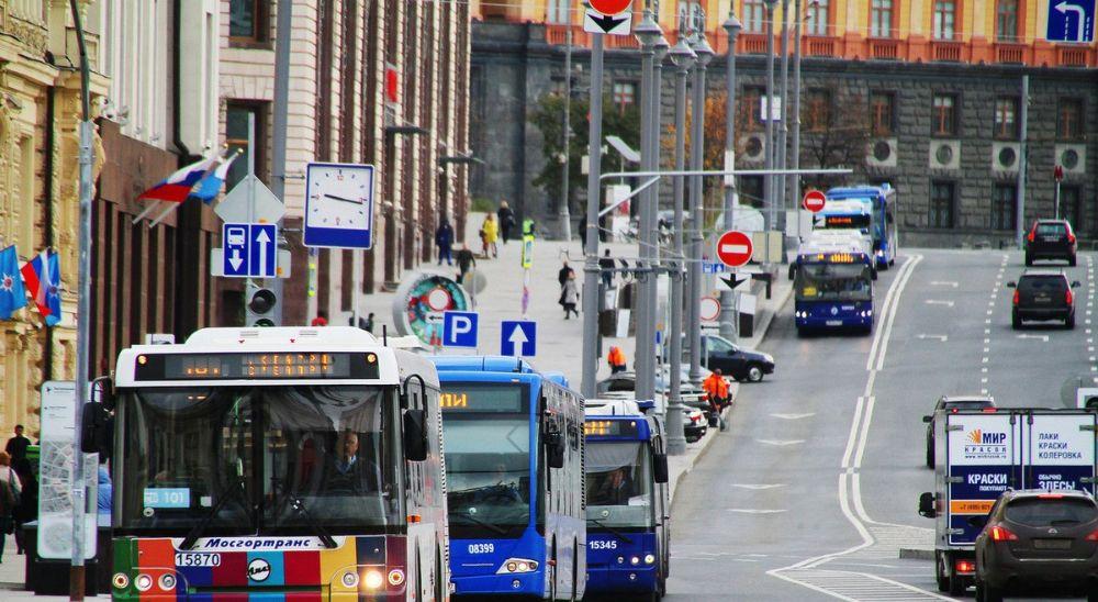 Объезд стоящего автобуса на остановке
