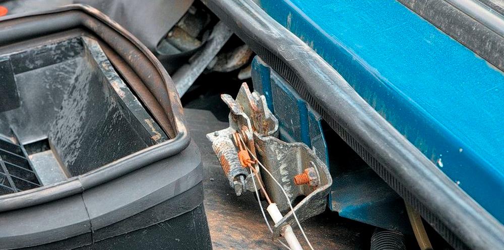 Несколько способов, как открыть капот, если порвался тросик