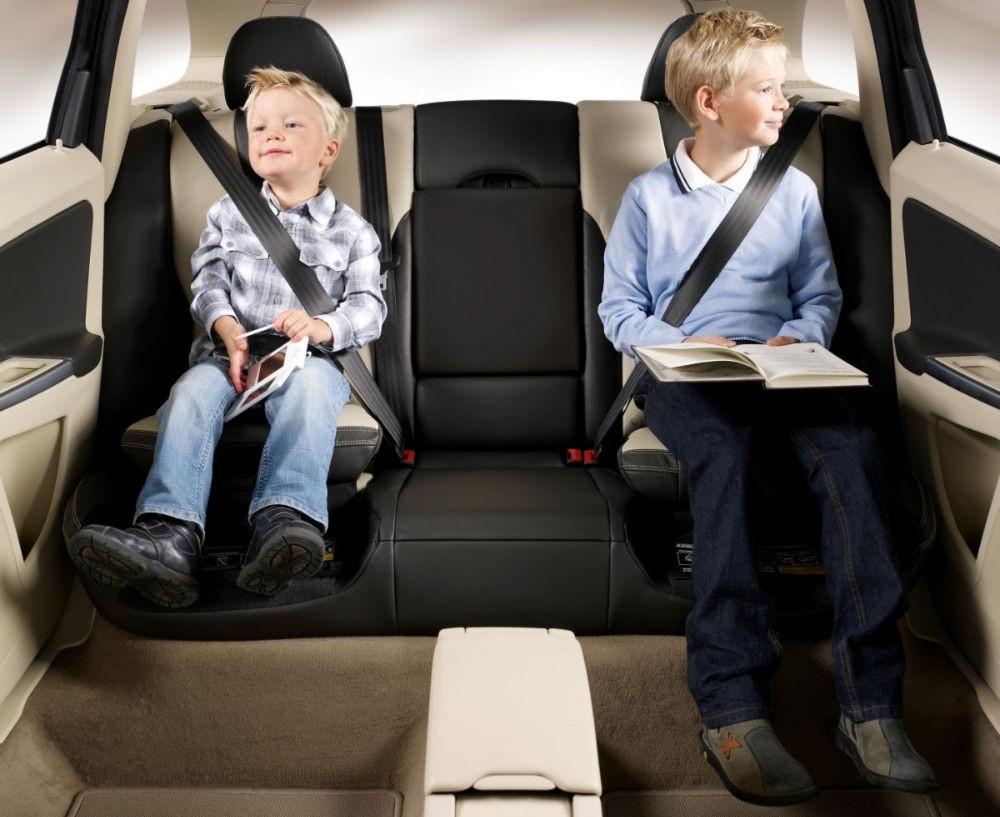 Обязан ли пассажир пристёгиваться на заднем сидении автомобиля
