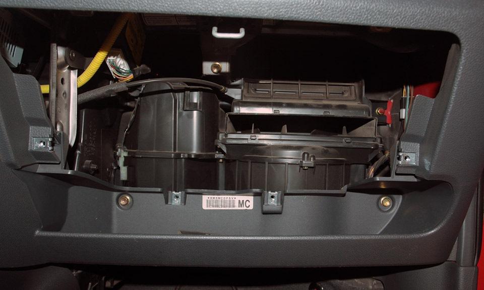 Как делается замена салонного фильтра на автомобилях Chevrolet Spark