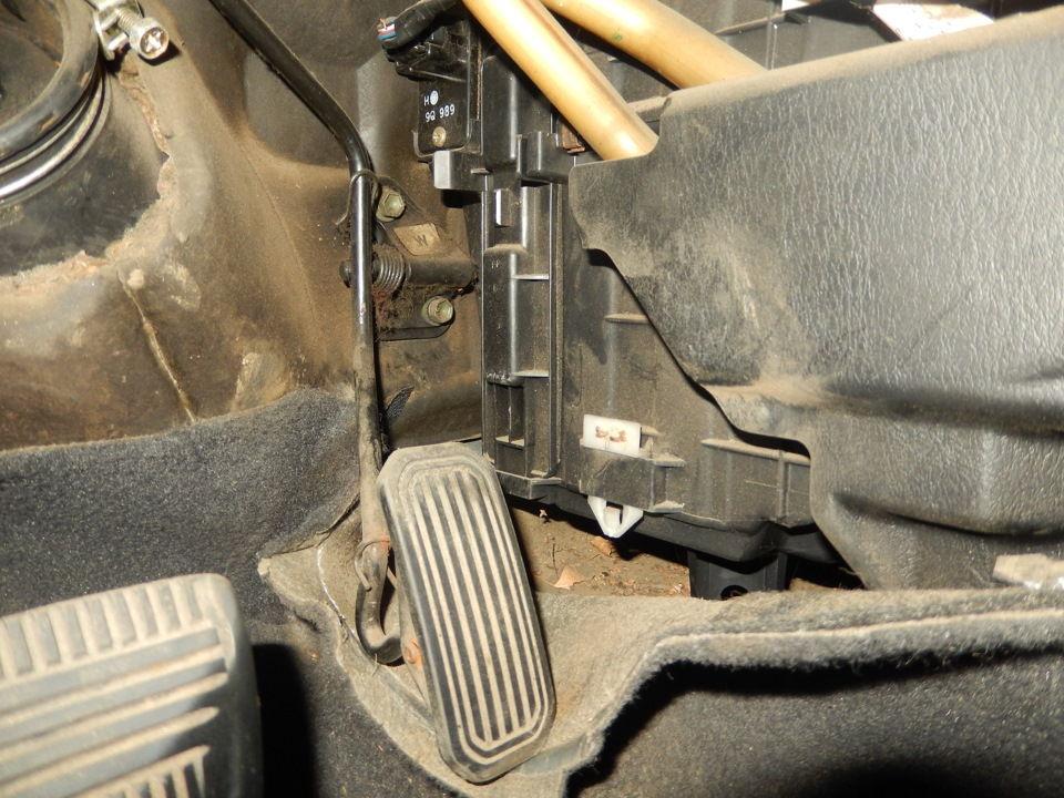 Как проводится замена салонного фильтра на Toyota Carina