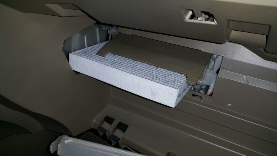 Как проводится замена салонного фильтра на автомобиле Toyota Highlander