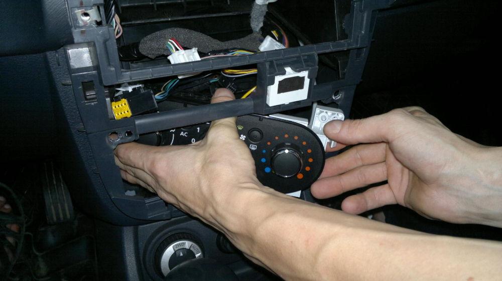 Как поменять лампочку подсветки печки на Renault Logan