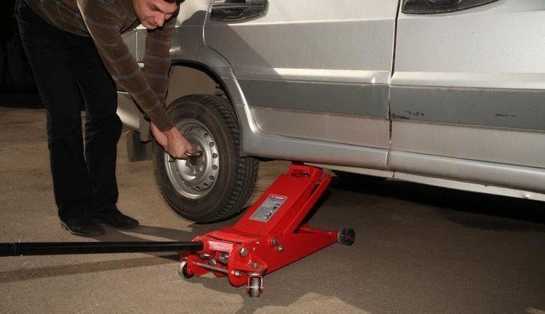 Как правильно пользоваться домкратом, чтобы не повредить автомобиль
