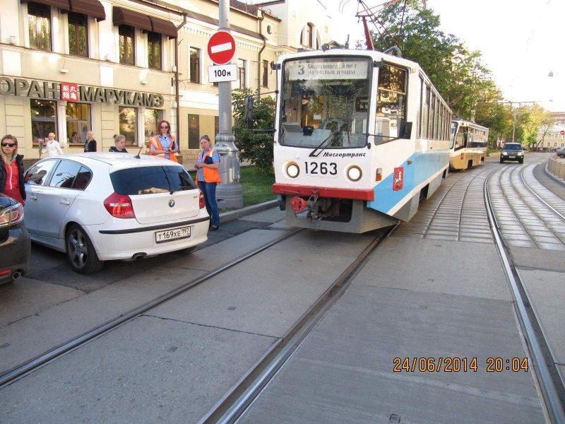 Разворот на трамвайных путях: как не нарушить ПДД