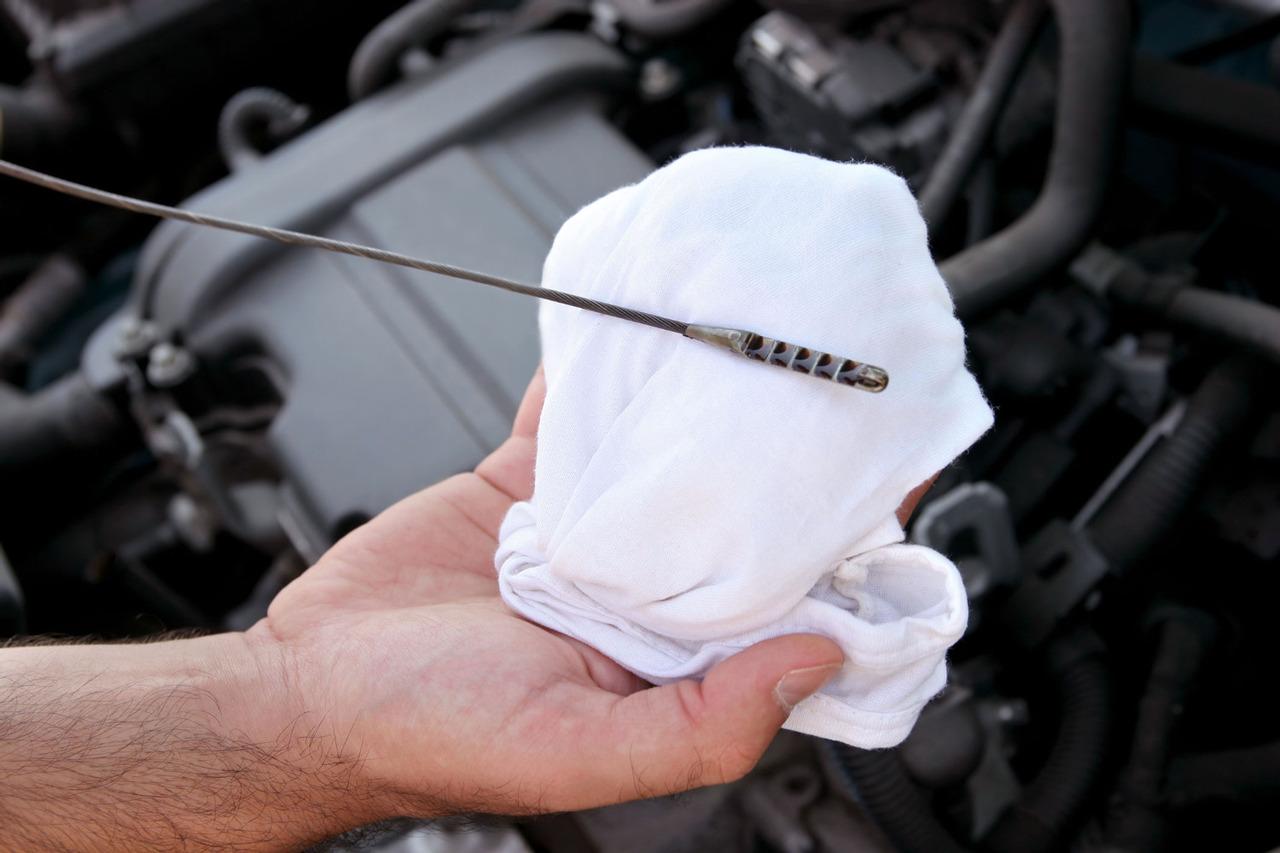 Каким должен быть уровень масла в двигателе автомобиля на щупе?
