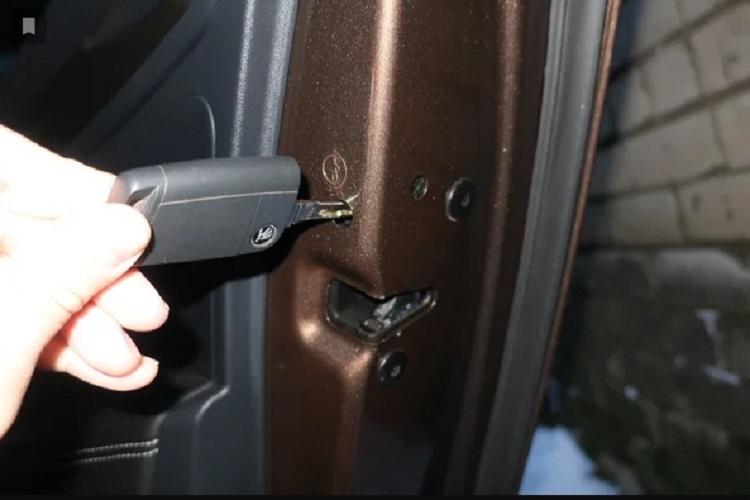 Потайной шпингалет на заднем дверном замке машины — для чего нужен?