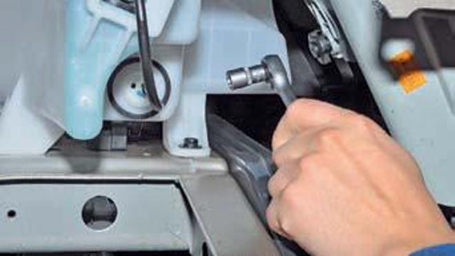 Как снять бачок омывателя на автомобиле Хендай Солярис?