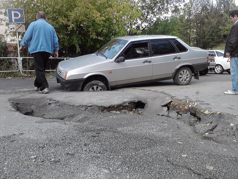 Попал в ДТП из-за ямы на дороге. Что делать?