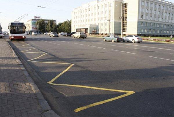 Разрешено ли пересекать сплошную линию на краю обочины?