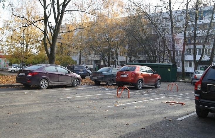 Верховный суд запретил парковать машины во дворах