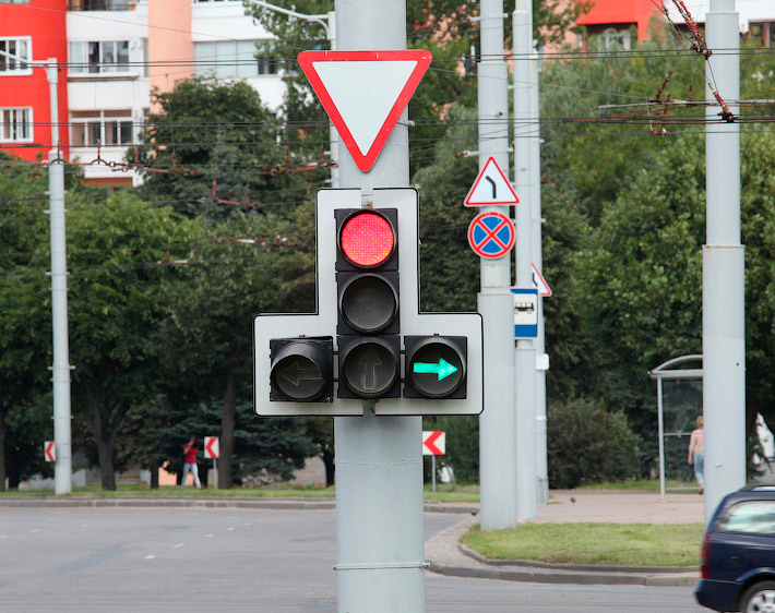 Правила проезда перекрёстков со светофорами с дополнительной секцией