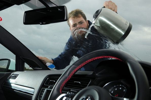 Как быстро и качественно убрать лед с автомобиля?