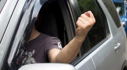 О чем говорят жесты и сигналы водителей на дорогах — как не прослыть валенком