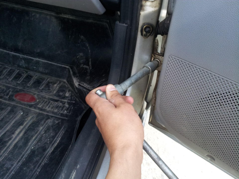 Провисание двери в машине: почему возникает и как устранить