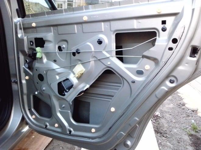 Как самостоятельно снять обшивку двери на Renault Logan