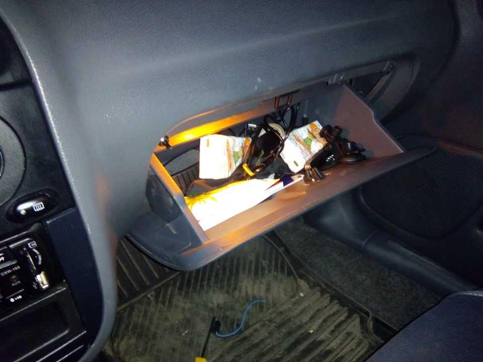 Как самостоятельно организовать подсветку в бардачке автомобиля