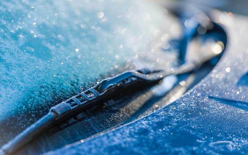 Стоит ли зимой поднимать дворники на автомобилях
