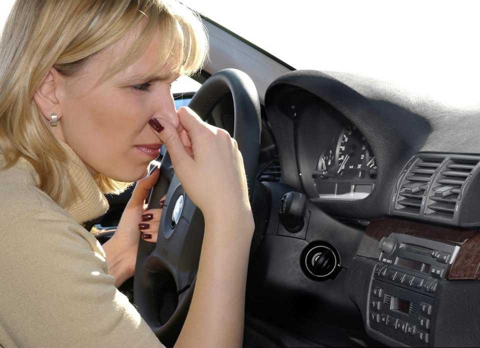 Причины запаха масла в автомобиле и способы решения проблемы
