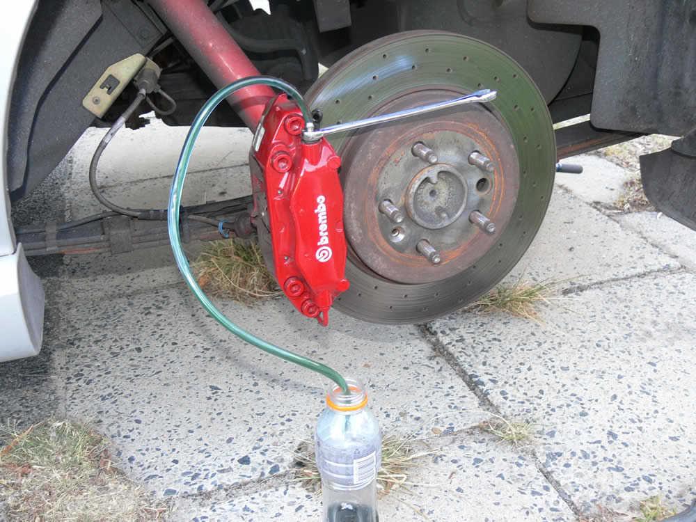 Прокачка тормозов – зачем, когда нужна и как правильно выполнить