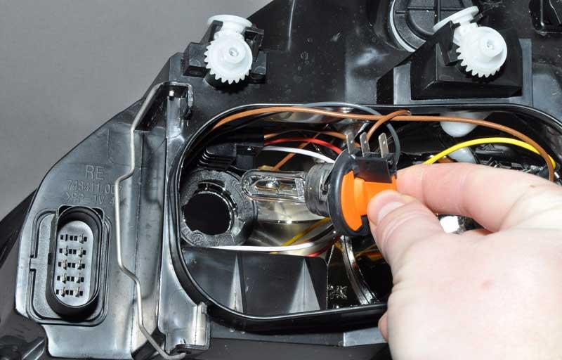 Как самостоятельно поменять лампочку в передней фаре автомобиля