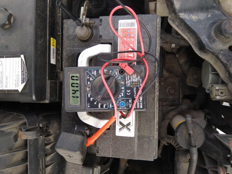 Идёт ли заряд аккумулятора на холостом ходу двигателя