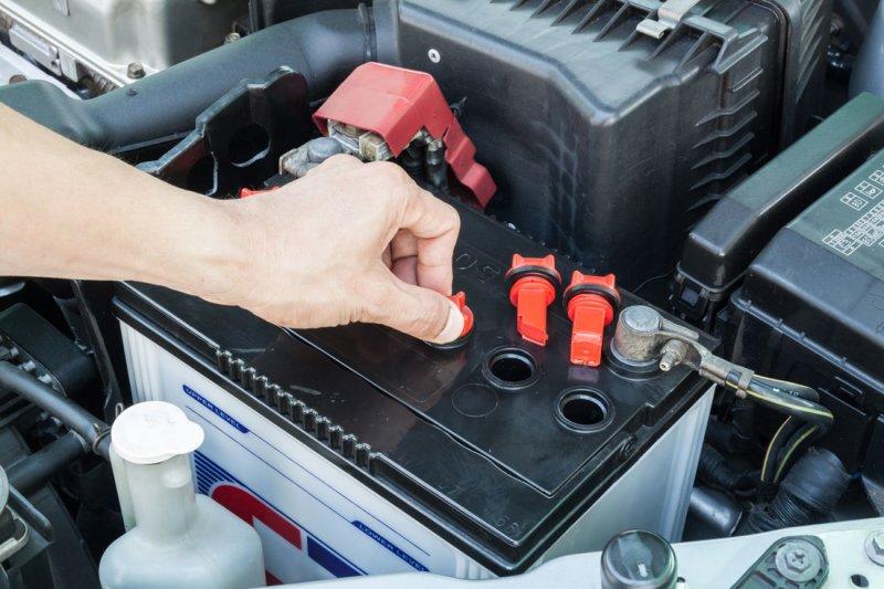 Какой автомобильный аккумулятор выбрать: обслуживаемый или необслуживаемый