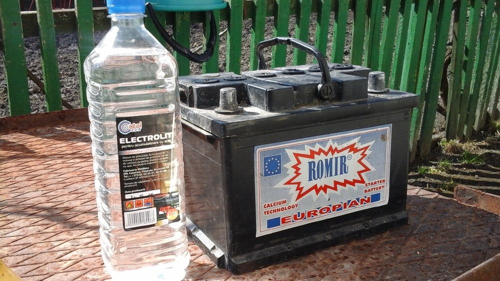 Допустимо ли вливать воду в приготовленный электролит для аккумулятора