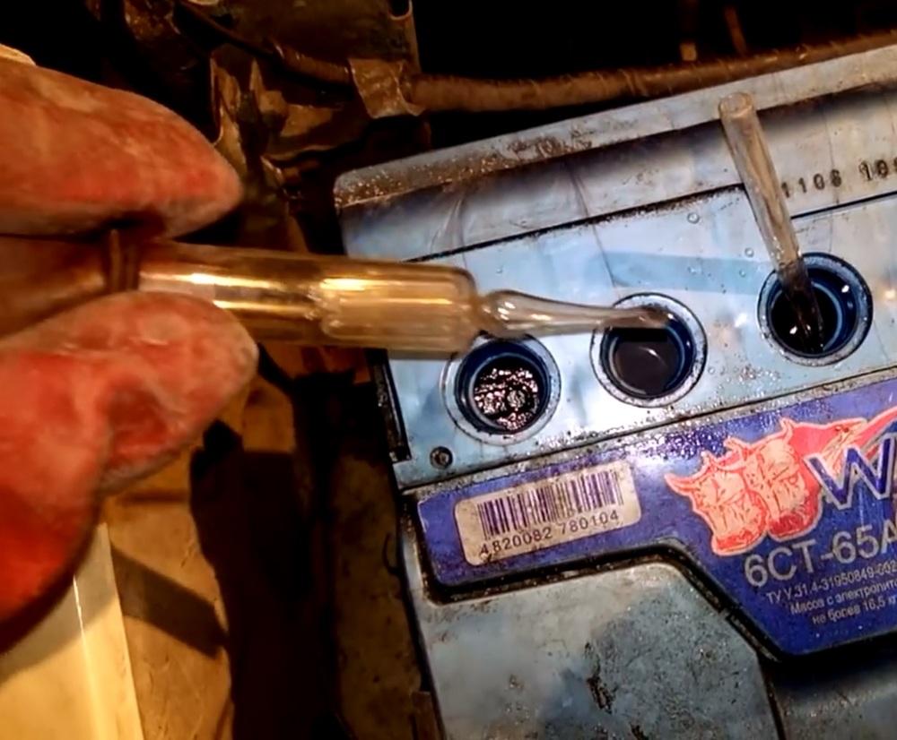 Допустимо ли в банки аккумулятора заливать недистиллированную воду