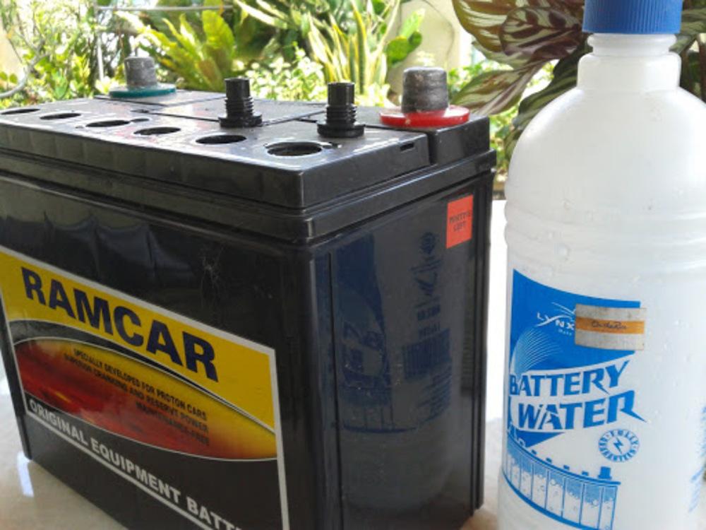 Подходит ли дождевая, кипячёная или обычная вода для автомобильного аккумулятора