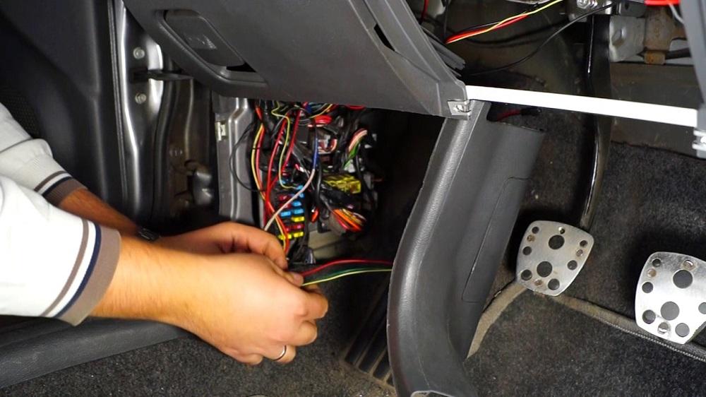 Как установить и подключить подсветку ног в машине